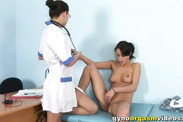 Пациентка кончила под присмотром гинеколога
