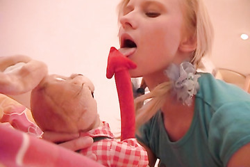 Шаловливая блондинка заигралась с плюшевой игрушкой