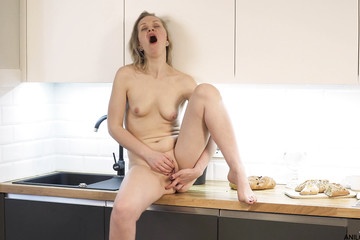 Тётка с маленькими сиськами дрочит на кухне