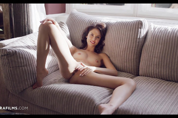 Девчонка ласкает киску на мягком диване
