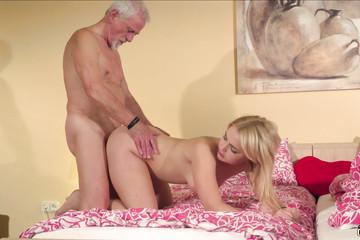 Дедушка шпилит внучку на кровати