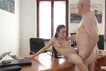 Пожилой босс обкатал новую секретаршу