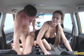 Инструктор трахает сисястую ученицу в машине